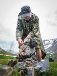 Biologe Volody Tytar befestigt am Fuß eines Gletscher im Issyk-Ata-Tal eine Kamerafalle